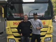 Alexander Hack mit Speditionsleiter Ralf Feller (links)
